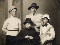 С.А. Симонов (слева) и Языковы Александр, Валериан и Ольга. Кострома, лето 1917 г.