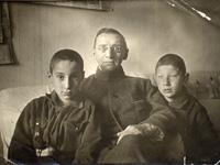 Языковы Георгий, АА и Валерий в Ленинграде у бабушки, июнь 1930